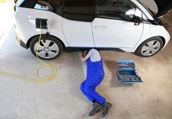 Detailaufnahme eines Ladesteckers an einem gebrauchten Elektroauto