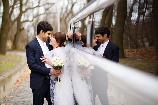 Sposi davanti a limousine